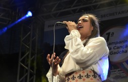Kassia Macedo Costa, de Gravataí, canta Nas asas da Solidão (3).JPG