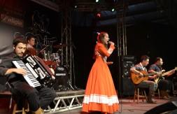 Mirim - Milena Gauber Krebs, de São Vicente do Sul, cantou o chamamé Abre Essa Gaita (1).JPG
